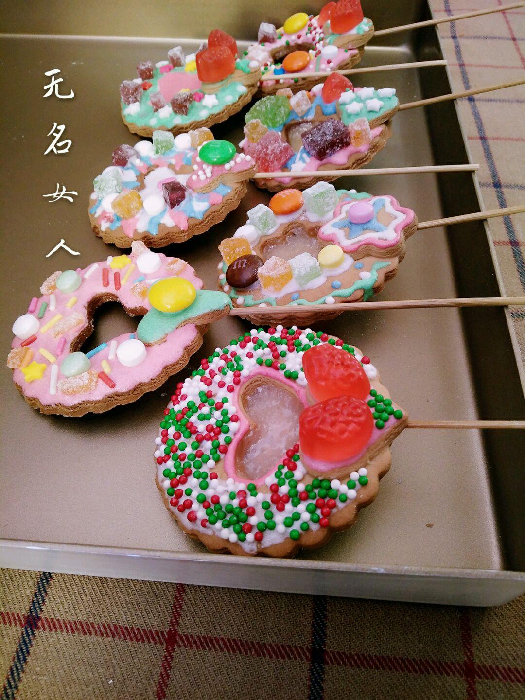 5. 硬糖用锤子砸碎(太暴力了,哈哈) 饼干胚入烤箱中层,170度先烤5分钟定型。 定型后取出烤盘,把砸碎的水果糖填在饼干中间的空洞里填平。再放入烤箱中层170度烤15分钟左右,看到糖完全融化,饼干上色了就可以取出烤盘让饼干凉透、糖变硬就可以取下来。
