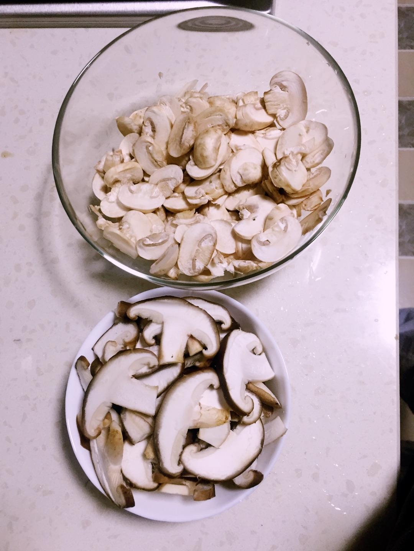 可爱的小白蘑菇士兵和香菇八大将已被切成