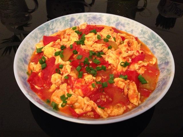 主料 2-3个 2个 辅料   盐适量 油适量 1根 西红柿炒蛋的做法步骤
