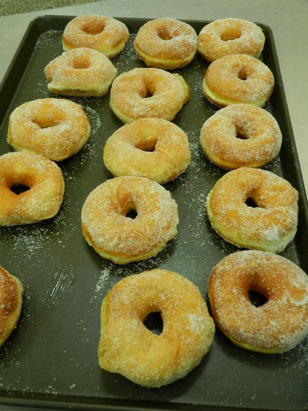 10人做过 甜甜圈是一种用面粉,砂糖,奶油和鸡蛋混合后经过油炸的