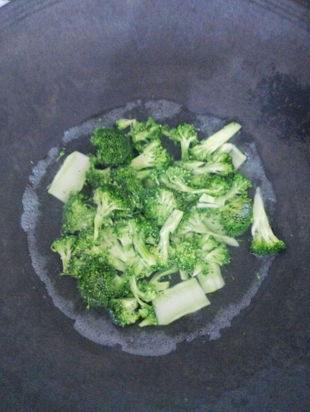 西兰花洗净切好,锅里烧开水后放入西兰花轻轻灼一下水捞起.