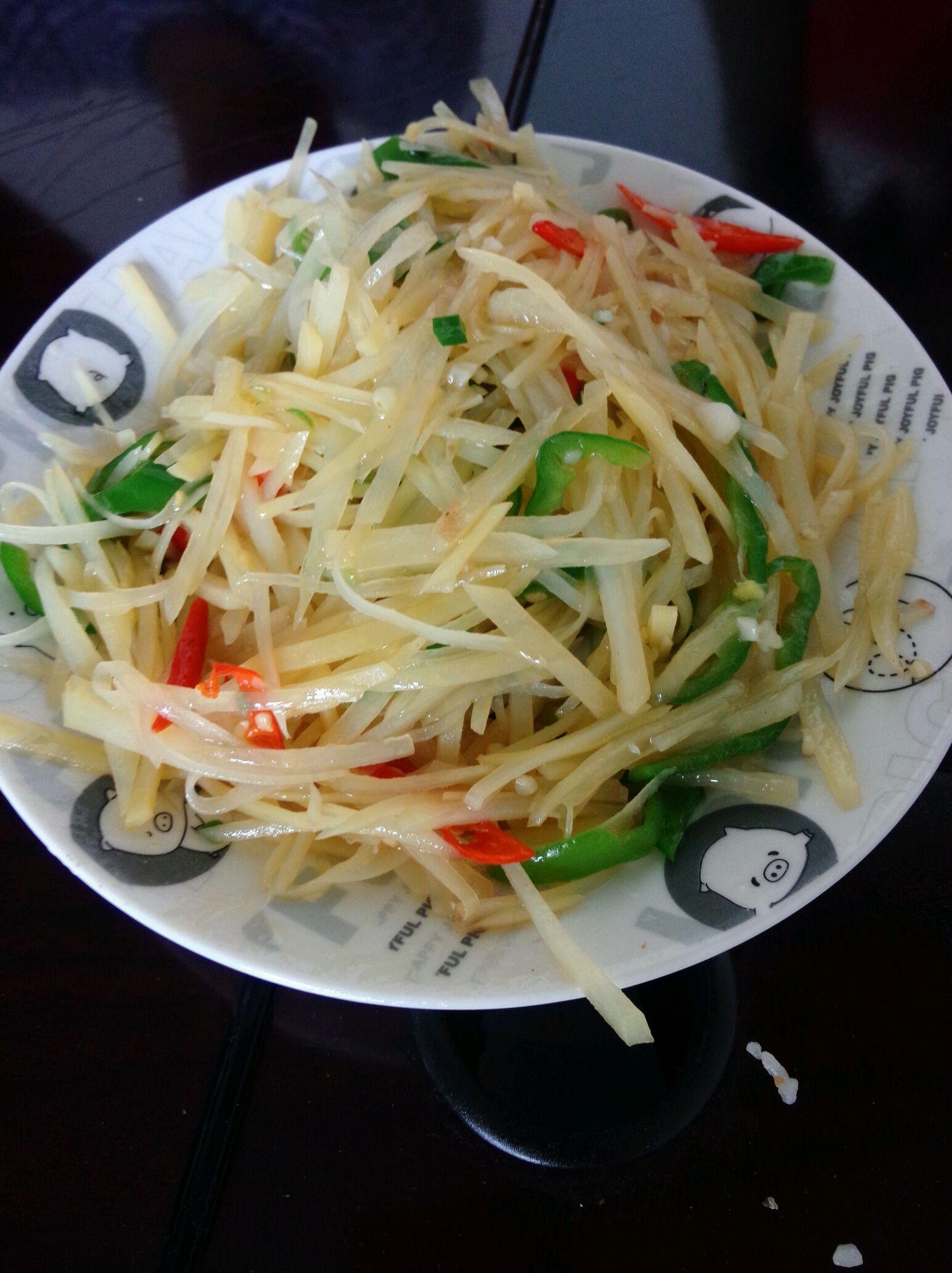 蒜2-3瓣 盐适量 味精适量 醋适量 油适量 酸辣土豆丝的做法步骤 2.