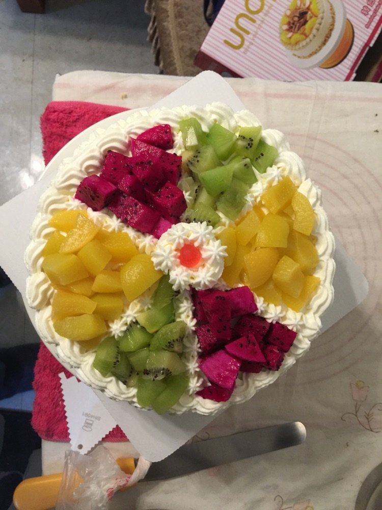 5ml 红火龙果半个 猕猴桃3个 桃罐头1罐 水果拼盘蛋糕的做法步骤 分类图片
