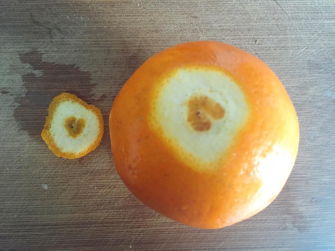18. 与此同时,榨汁时候过滤掉的橙子肉放入碗中,撒进一点点糖,可以直接喝^_^很好喝的,也可以用作摆盘^_^
