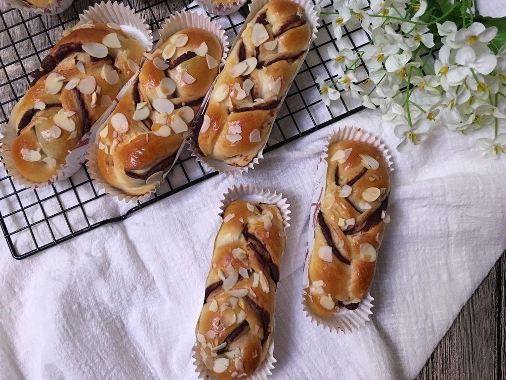 豆沙馅适量 杏仁片适量 豆沙馅辫子面包(汤种法)的做法步骤 2.
