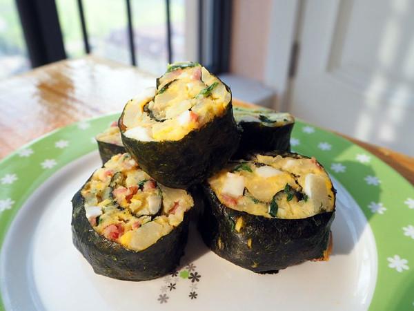 生菜(或绿色蔬菜) 少量 鸡蛋 2个 紫菜片 1张 培根 两片 丘比沙拉酱