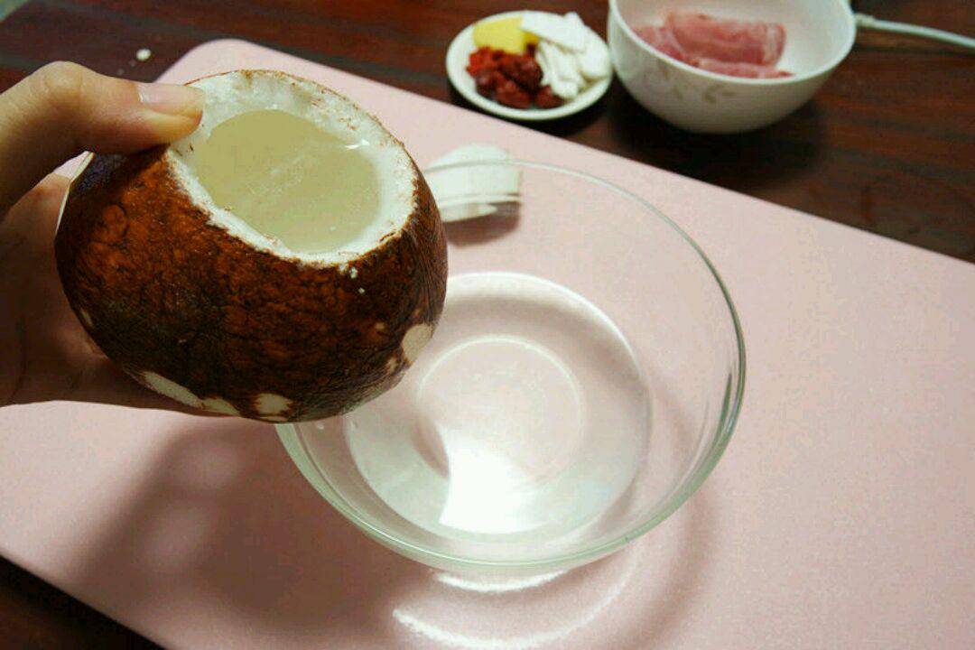 超美味原只椰子炖瘦肉汤(附手动开椰子盖)的做法图解5