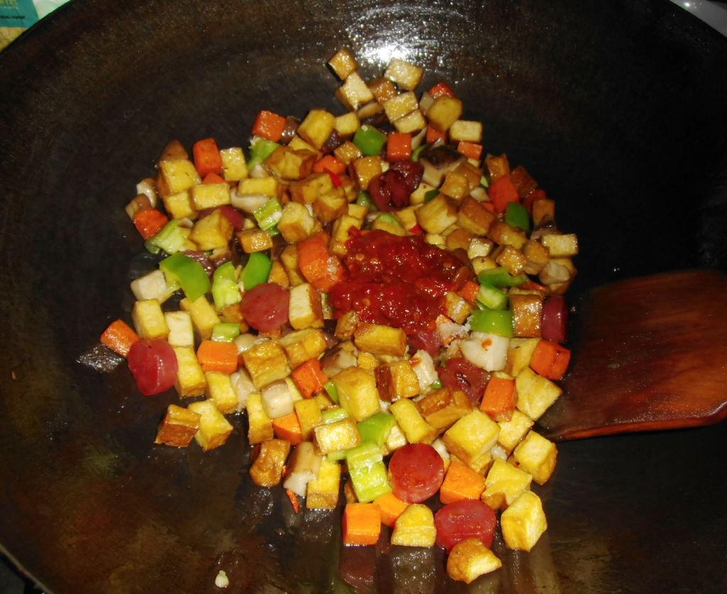 加点适量味极鲜,1大匙豆瓣酱,酌量加入盐调味炒匀菜市场熏肉图片