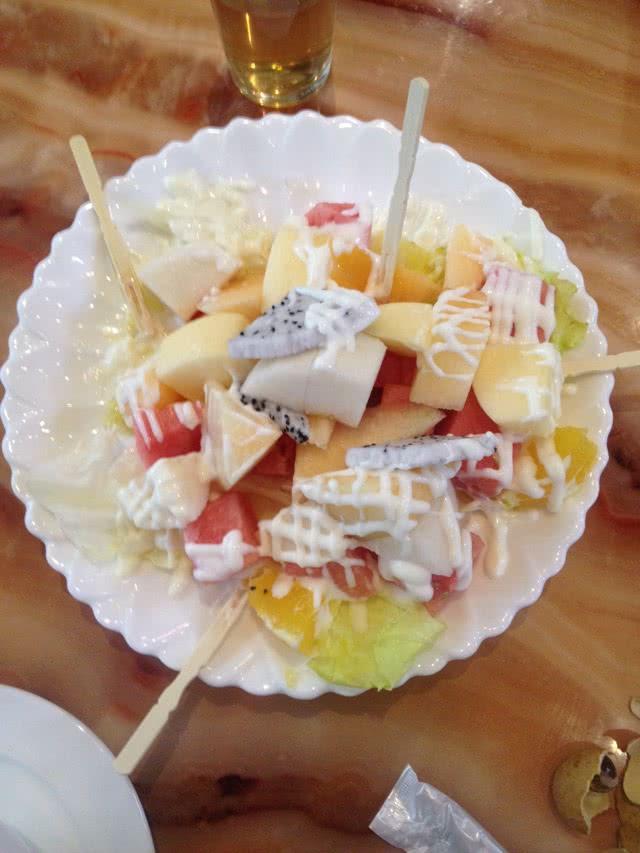 边看边做更方便 主料 各式水果和咸味沙拉酱 水果沙拉的做法步骤