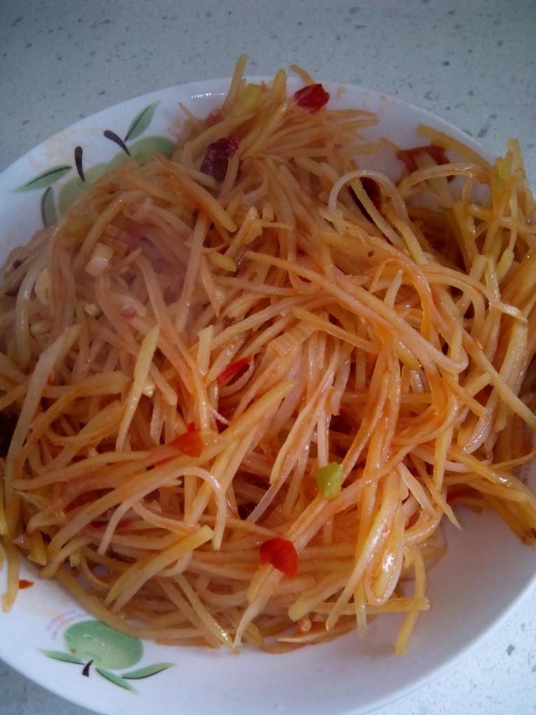 主料 土豆一个 辅料   干辣椒若干 酸辣土豆丝的做法步骤 8.