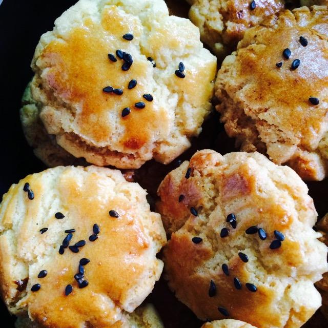 图解 小桃/4. 把面粉倒入第一步的植物油混合物,揉成面团。取一小块面团,...