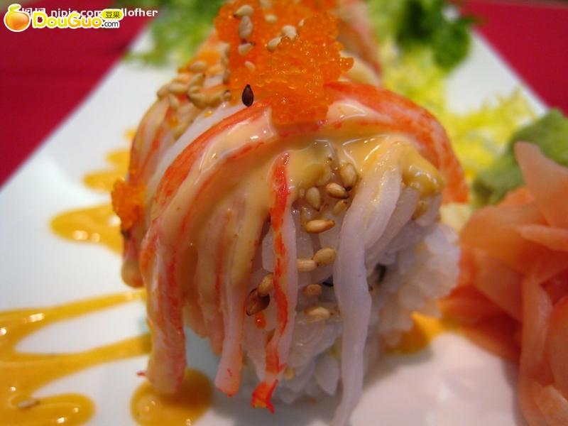 2. 把蟹棒,鸡柳,黄瓜条放在米饭一端.将千岛酱,沙拉酱挤在上面.
