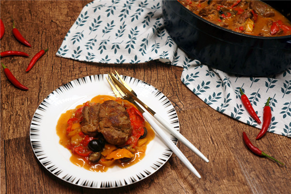 意式炖小牛肉配甜椒黑橄榄