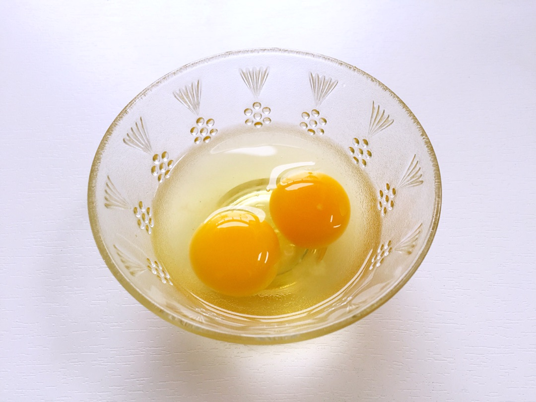 鸡蛋两个加入一点点盐打散