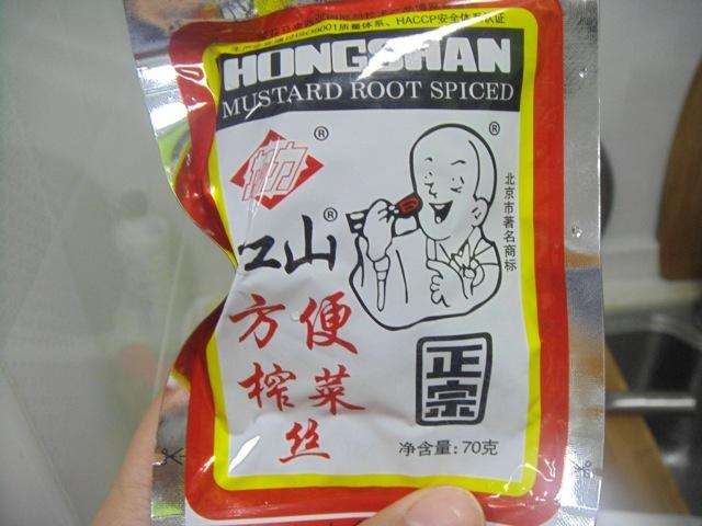 放入榨菜3袋,一直偏爱这个小和尚榨菜,味道虽然和小时候的有些变化