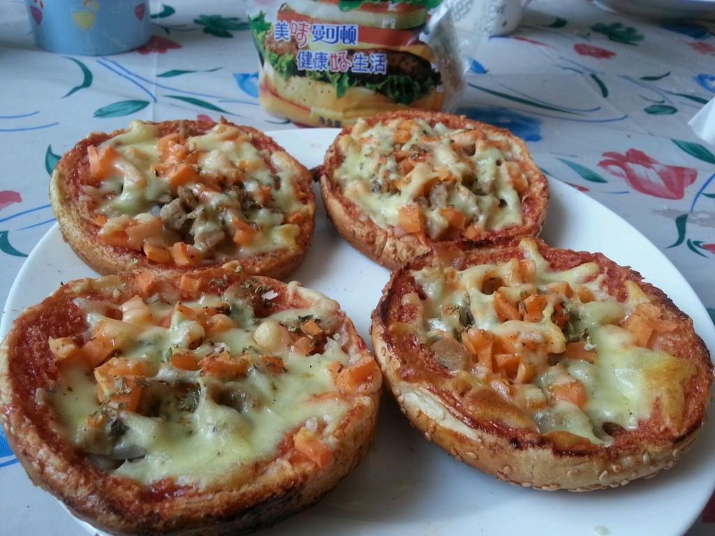 番茄酱适量 黑胡椒碎适量 披萨草适量 快手披萨的做法步骤 分类