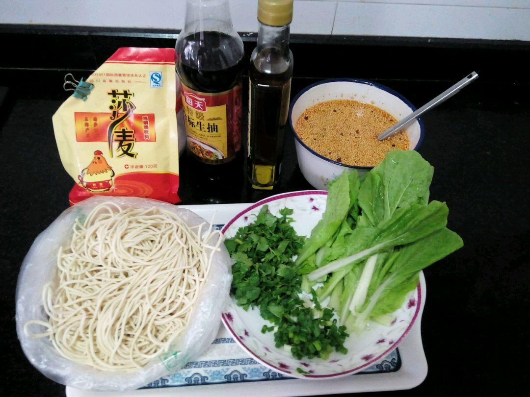 煮面条用到的食材及配料:水面,小白菜,葱花及香菜末.