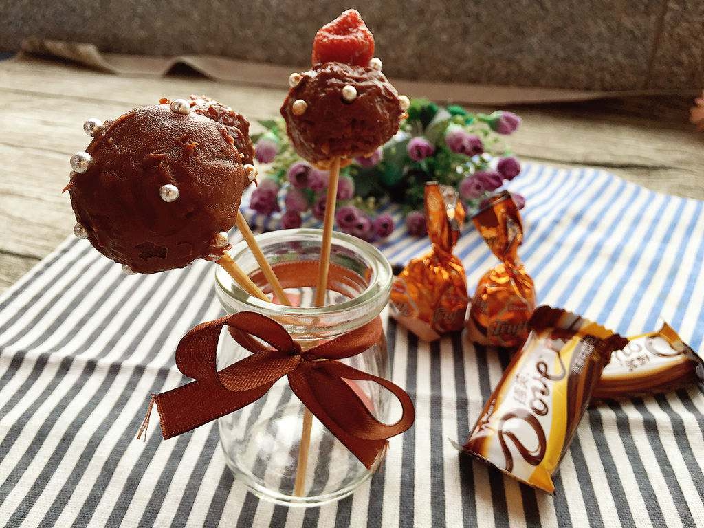 糖珠适量 朗姆酒10ml 草莓干2颗 奶油1匙 巧克力棒棒糖蛋糕的做法步骤
