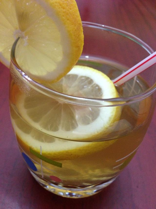 主料 柠檬一个 辅料   绿茶水适量 蜂蜜适量 柠檬蜂蜜绿茶的做法步骤