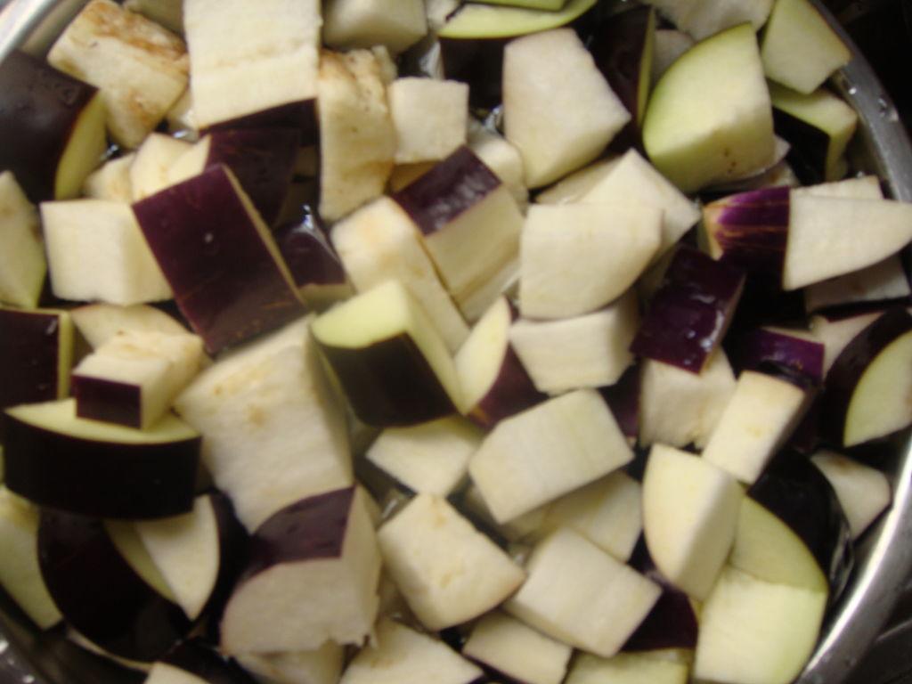 1,这个咸度于我刚刚好,口味稍重些可加少少盐,少少的就可以了哈 2,炒茄子时油要比平时炒菜多放一倍,这个菜油多些口感更好 3,最后两步可入瓦煲或隔水蒸,瓦煲时火力要小,水蒸时要留意不要让水蒸气进去,否则不好吃 4,具体烤制的时间可按自己烤箱的温度情况调整,主要看茄子是否已烂熟 5,两人吃,我做这个量有点多了,一个茄子就差不多够了,大家看情况而定哈