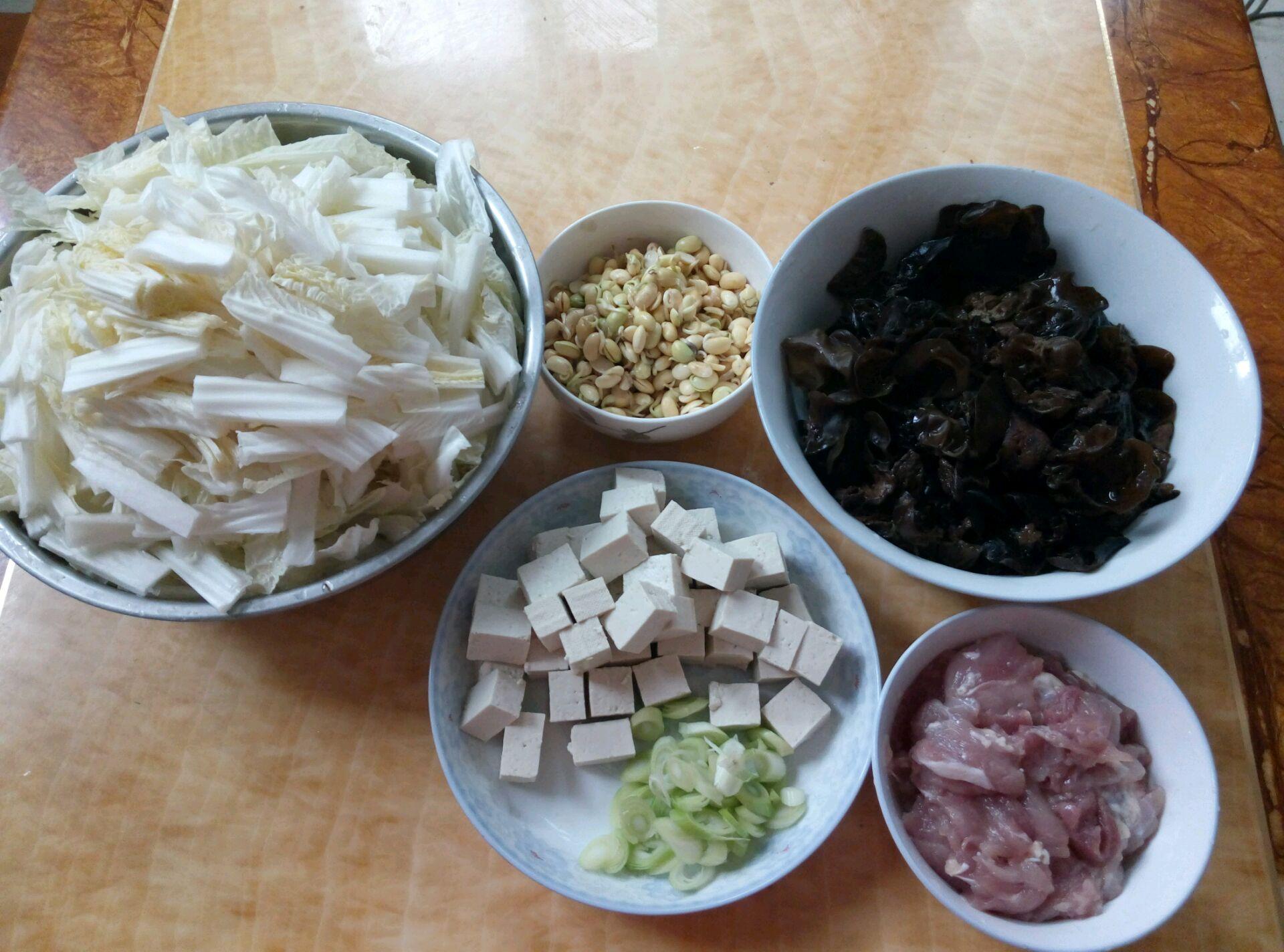3. 先炒肉,放葱,然后放白菜,白菜炒的塌下去,再把豆嘴蘑菇木耳放进去,翻炒一会,然后倒进去水,多放水,调料要放进去,开一会,就把粉条洗洗剪一下放进去,粉条要放上边,不能翻动,不然会抓锅,然后在粉条上边放上豆腐,盖盖儿,等着就好了
