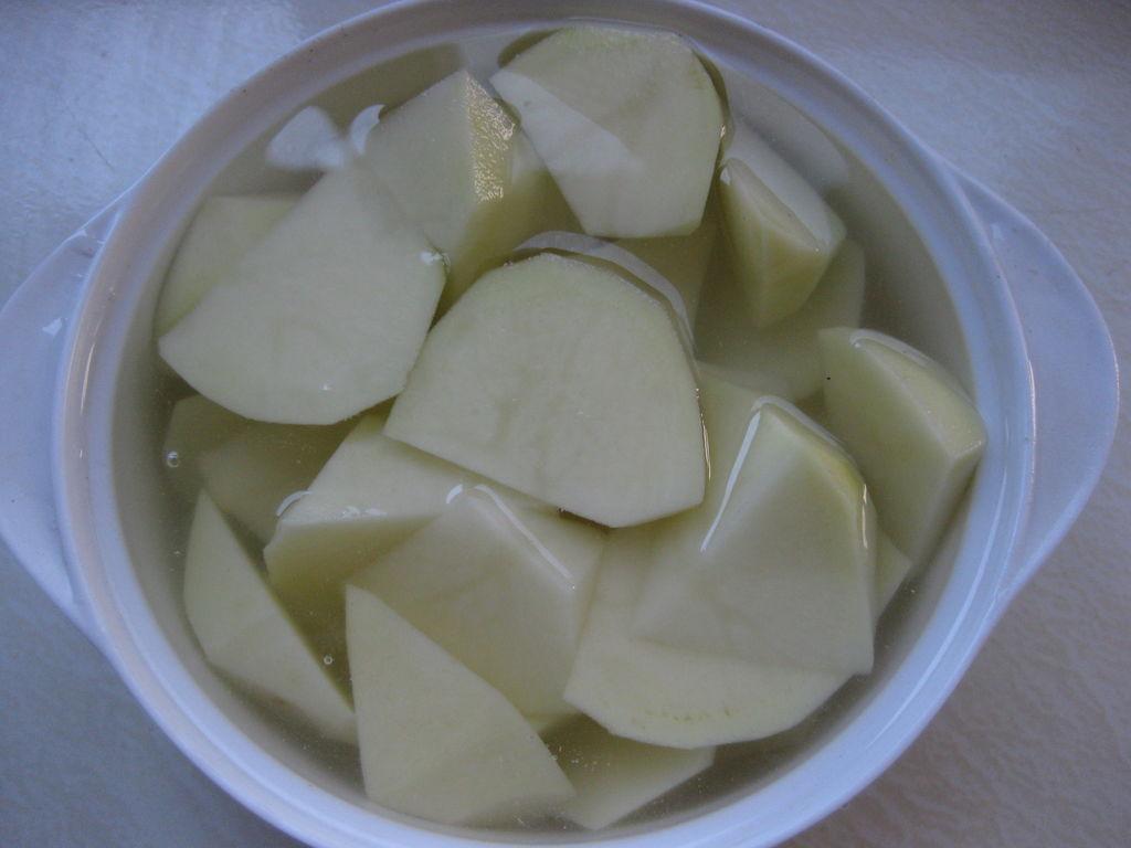 土豆削皮洗净切滚刀块用清水泡着避免氧化