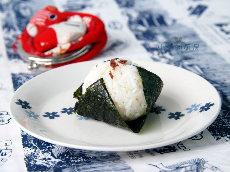 主料 米饭 寿司海苔 辅料   寿司醋 肉松 话梅碎 保鲜膜 饭团的