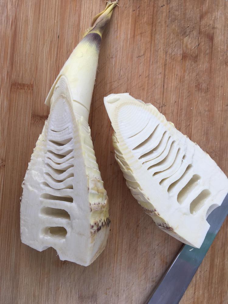 炒新鲜竹笋的做法步骤 7. 把里脊肉切片用海天生抽,料酒腌制一会.