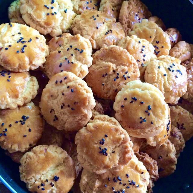 图解 小桃/5. 将小圆球压扁,放入烤盘。在表面刷一层鸡蛋液,放入预热好的...
