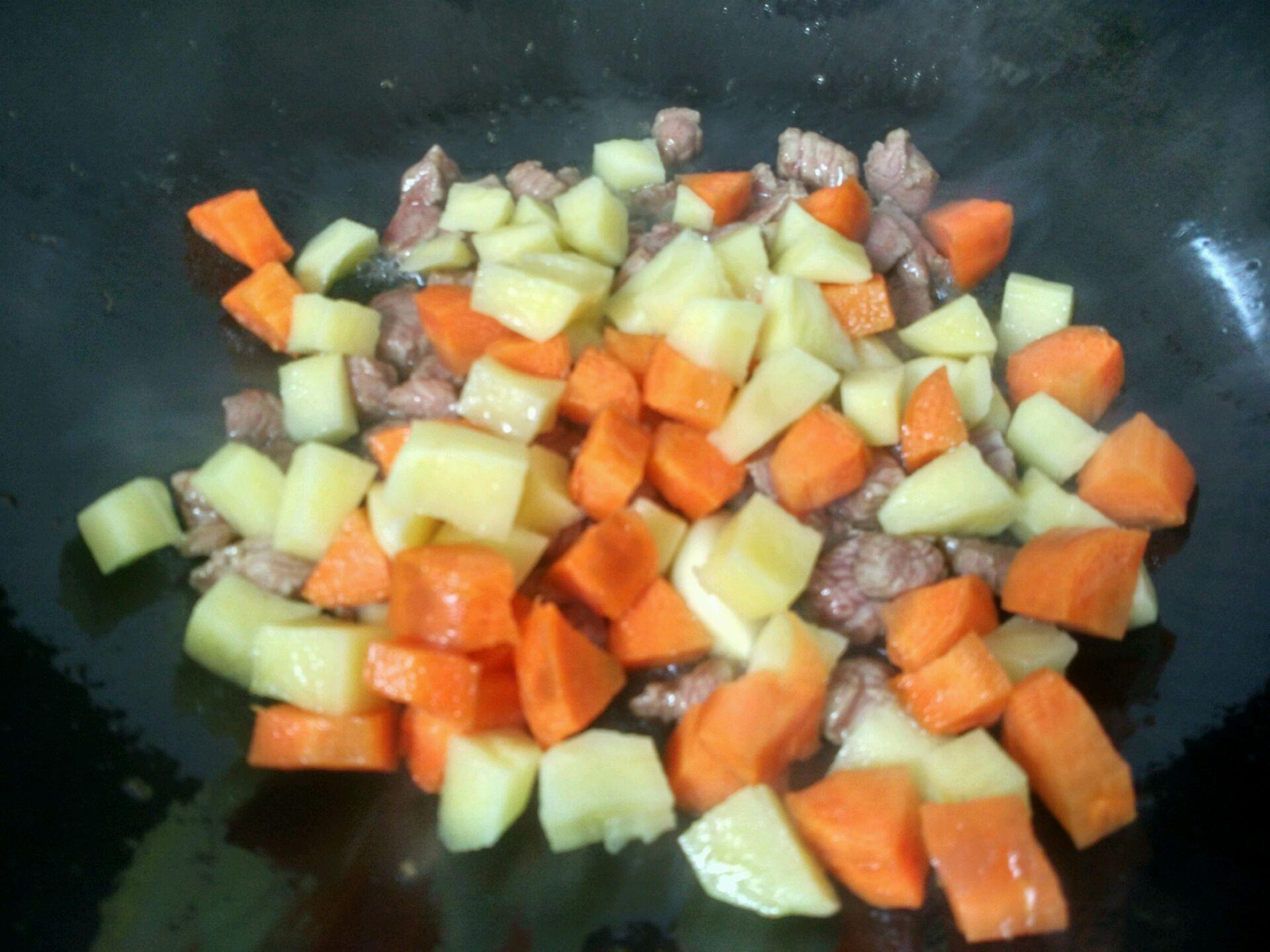 放入土豆胡萝卜丁翻炒片刻