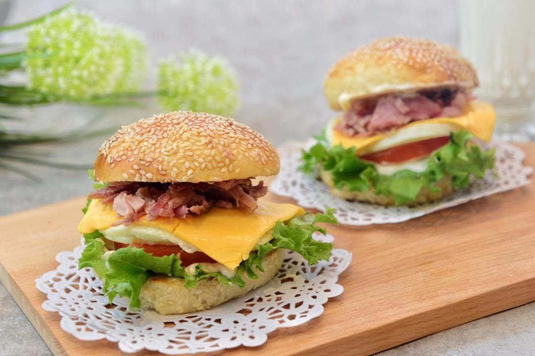 烟肉(可不要) 猪柳蛋汉堡(附汉堡包中种做法)#急速早餐#的做法步骤