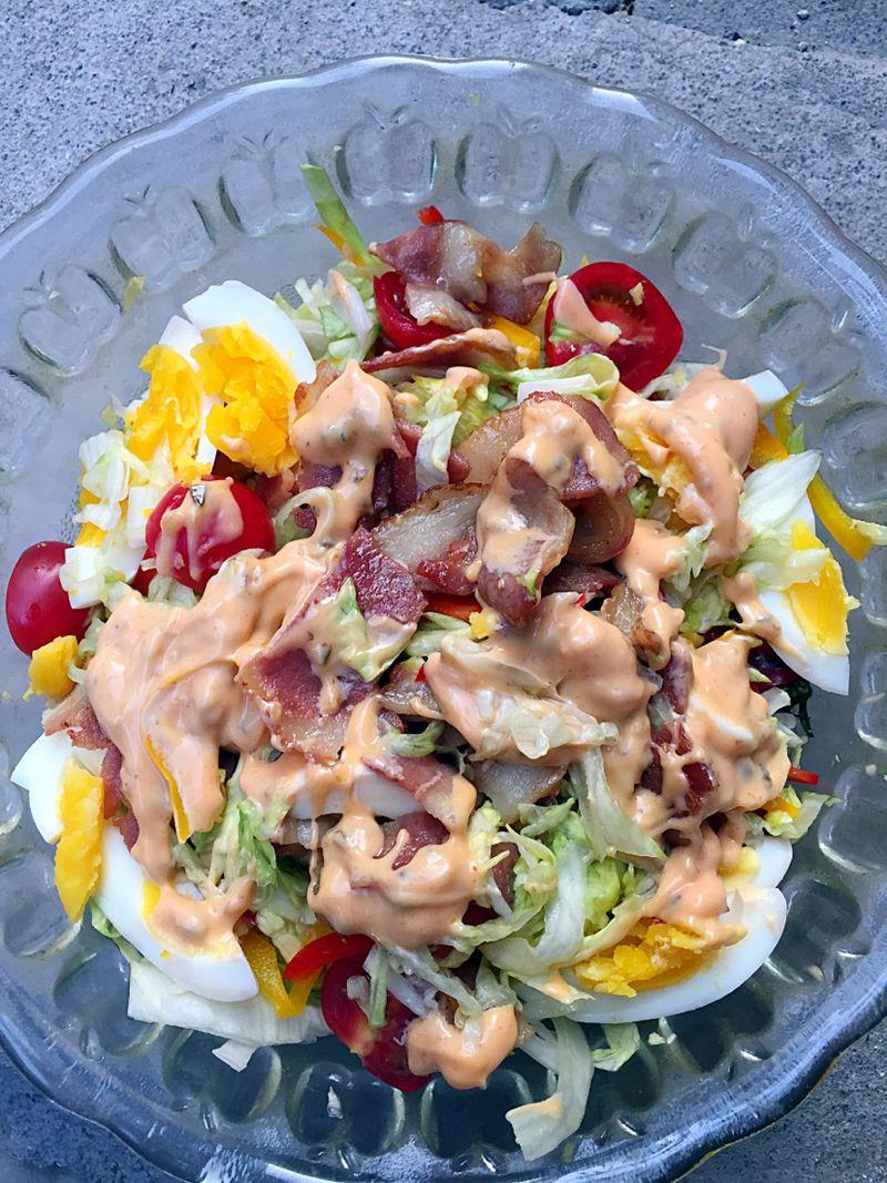 黄色彩椒半个 红色彩椒半个 千岛酱 鸡蛋两个 培根蔬菜沙拉的做法步骤
