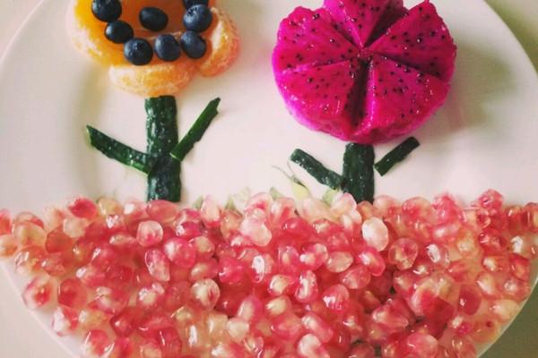 难度:切墩(初级)   主料 石榴,蓝莓,橘子,红心火龙果,黄瓜皮 水果拼盘图片