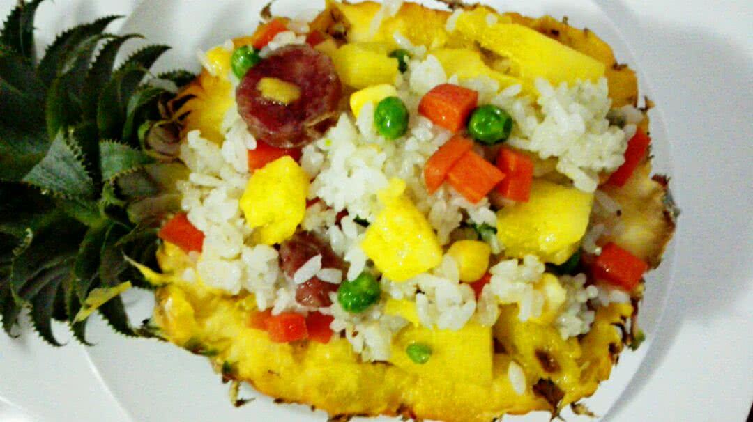 1. 1:先处理好菠萝,半个挖空准备好 2:做准备工作,把切下的菠萝用盐水泡着,青豆水煮好,香肠胡萝卜玉米都准备好 3:把隔夜米饭用炒的粒粒分明,盛出来。锅 里加油,依次放入香肠,菠萝,青豆,胡萝卜,玉米,翻炒三四分钟后,把炒好的米饭放进炒锅翻炒均匀 4:盛盘即可