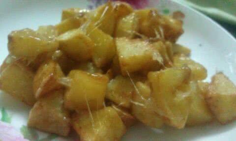 土豆削皮,切成大丁块,用清水泡半个小时,捞出沥干(油炸时免得炸油