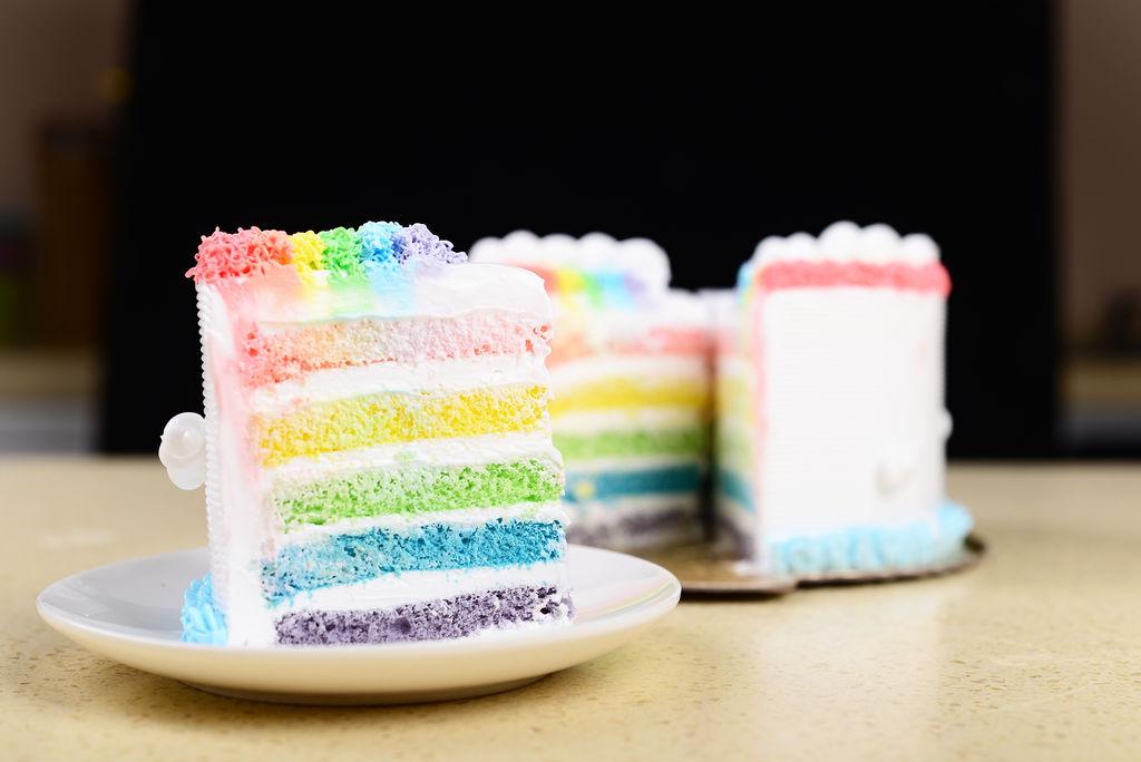 8. 蛋白打散后加几滴柠檬汁,分3次加入60克白砂糖,(可边打边加)用电动打蛋器打至湿性发泡的时候加入玉米淀粉,在打发蛋白的时候加入一牙签的色素。低速转动打蛋器直至提起打蛋器如图有坚挺的角为止。按同样的方法做其它颜色蛋糕