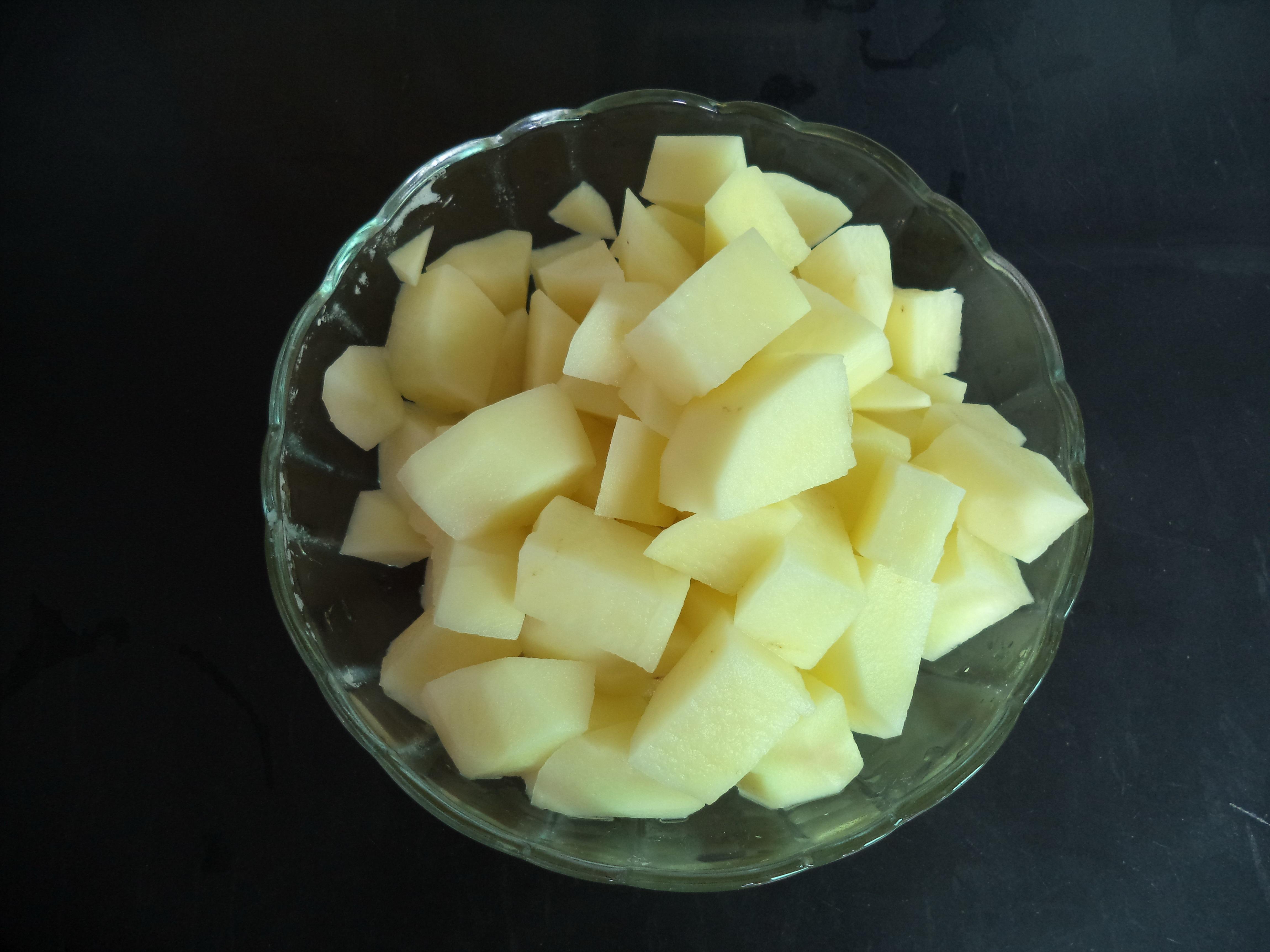 把洗好的土豆削皮,切块.