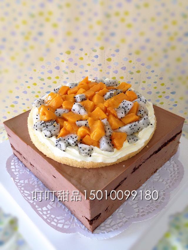 慕斯/1. 过程拍了,下面巧克力慕斯,上面水果奶油蛋糕,都是新鲜水果...