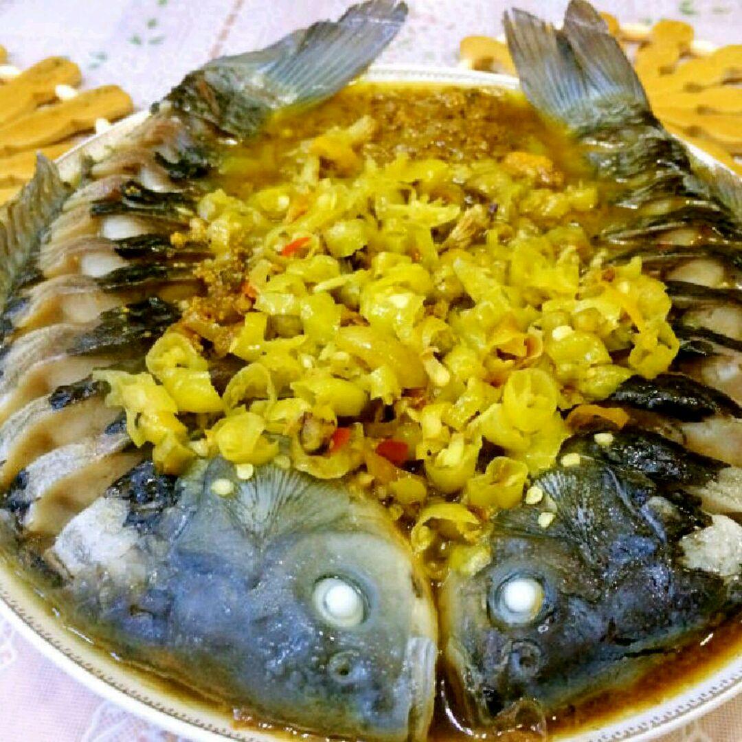 泡椒蒸鱼的做法步骤 1. 鱼打花刀,姜切丝,泡椒切碎,香菜切末. 2.