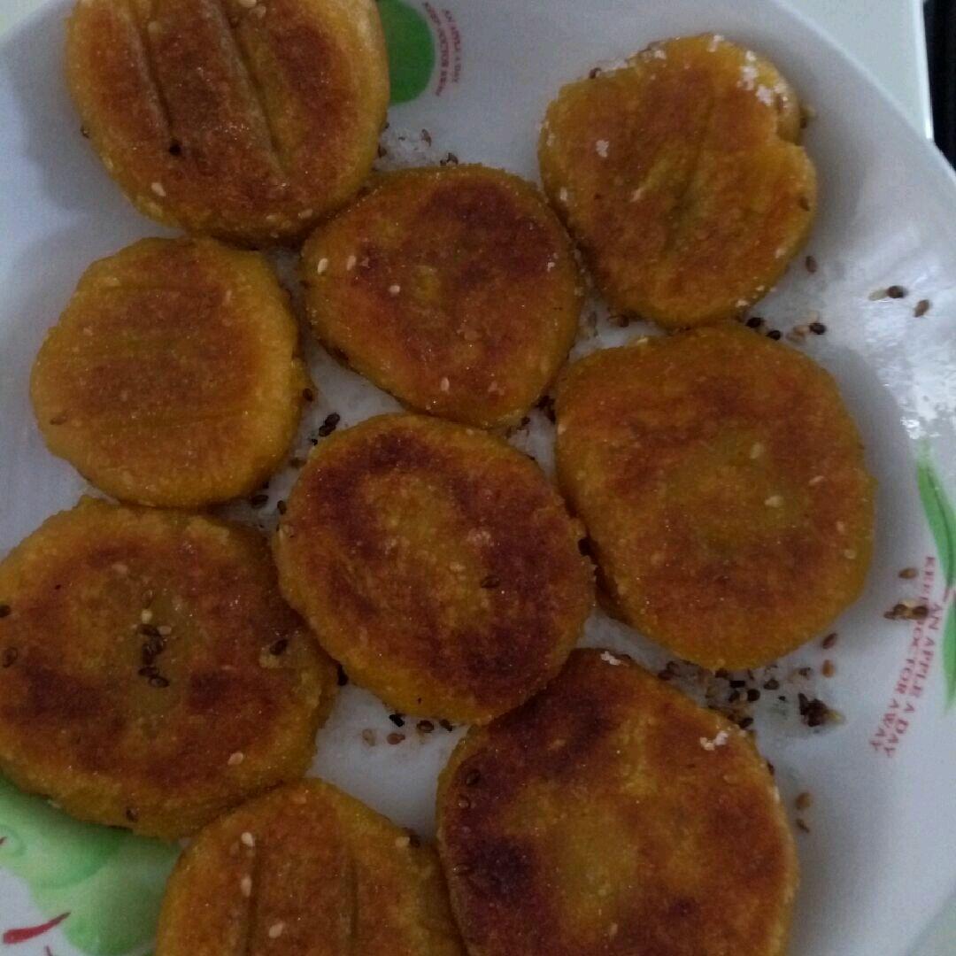 主料 1250g 糯米粉750g 白糖50g 南瓜饼的做法步骤 1.
