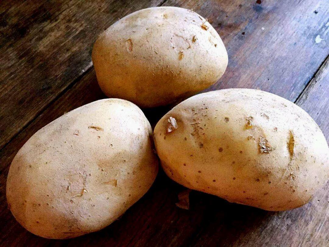 把土豆削皮,切块入锅煮熟,煮时加点盐进去,容易让土豆入味