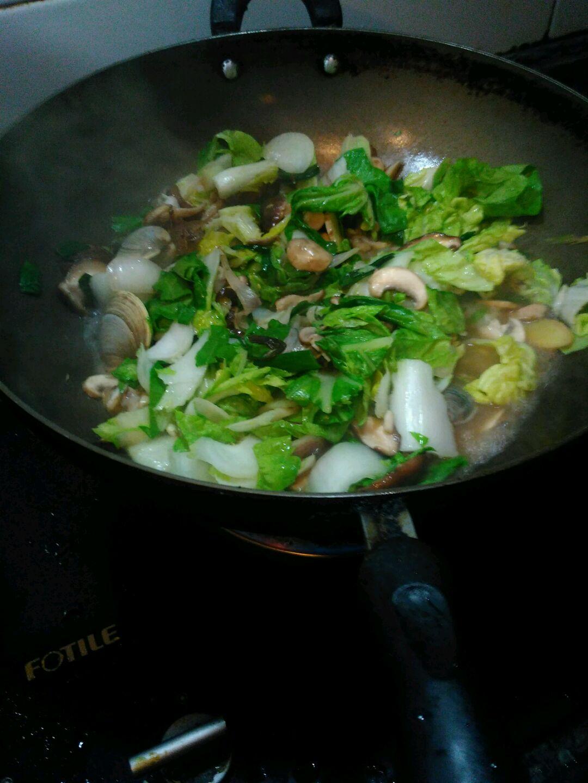 港头焖面的做法步骤 1. 清洗蘑菇,海蛏