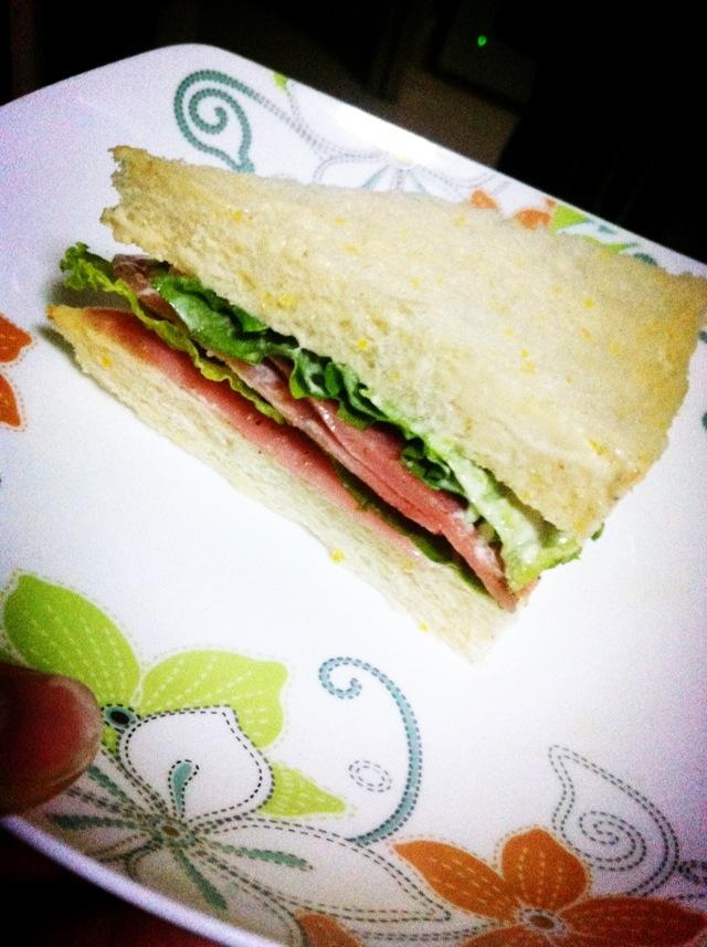 主料 面包 辅料   沙拉酱 烤肉粉 糖 爱心三明治的做法步骤 1.