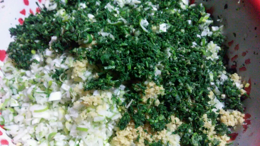 葱姜切末,荠菜用开水焯过挤去水分剁碎,和炒熟的鸡蛋一起加入盐油