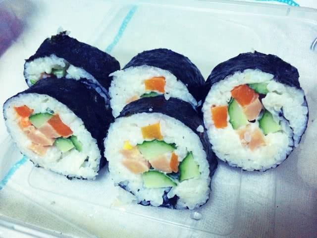 寿司卷的做法_【图解】寿司卷怎么做如何做好吃_寿司