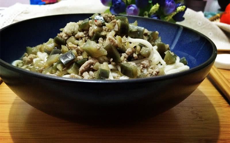 凉水开水下锅后,点榨菜两次,煮熟后加入做好的面条肉沫茄丁卤就糖尿病的人能吃鲳鱼么?图片