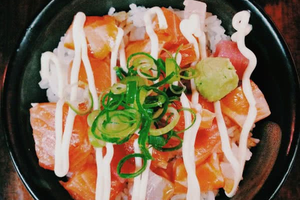 三文鱼刺身盖饭的做法_【图解】三文鱼刺身盖饭怎么做