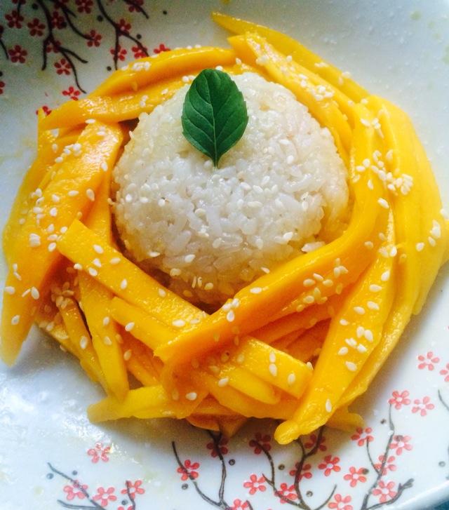 在泰国普吉岛的普吉镇,在曼谷的街头巷尾,椰浆烹制的正宗芒果糯米饭