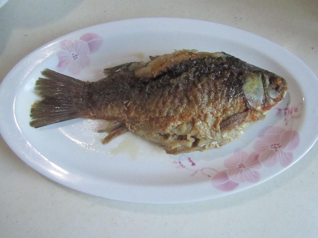 说起年夜饭,就少了鱼,年年有余嘛。年年有余这个说法由来已久,因为鱼和余是谐音,所以通常都会用鱼来表达年年有余的意思。特别是吃年夜饭时,饭桌上都会有一道鱼,也就是表示年年有余的意思。而年年有余所想要表达的就是富裕、吉庆的意义。因此鱼是春节必备的菜肴。 记得小时候, 家里年夜饭上都会摆上两种鱼, 一种肯定是整条的,还不能吃,俗称看鱼。这条在过年除夕的时候家宴上留下来的鱼,表达的是年年都会有多余的,是说的生活宽裕,家庭富裕;而对于做生意的人来说表达的是钱年年都有多余的,生意越来越旺盛的。因此余下来的鱼被视