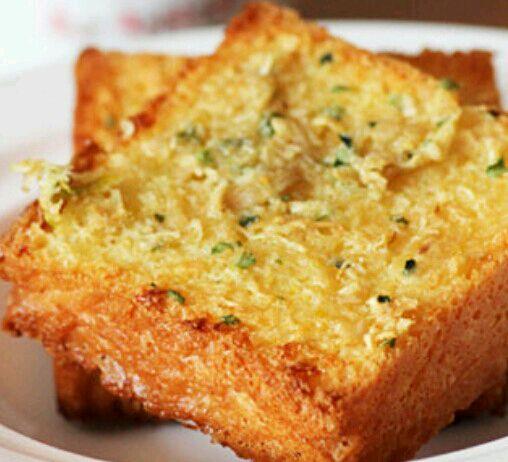 食盐1克,大蒜20克,黄油50克,糖粉1/2小匙 蒜香烤面包的做法步骤 1.